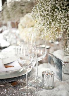 Winterliche Tischdeko Idee in Weiß mit Kunstschnee