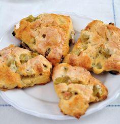 On adore les scones! Ils sont parfaits en collation ou comme déjeuner sur le pouce. Essayez-les! Flan Cake, Brunch, Rhubarb Desserts, Desserts With Biscuits, Cake Factory, Cooking Recipes, Healthy Recipes, Thanksgiving Desserts, Sweet Recipes