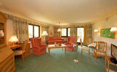 Panorama Suite ca. 90 m² mit Doppelzimmer, Einzelzimmer, großzügigem Wohnraum, großzügigem Badezimmer und Südbalkon mit Ausblick auf die Außenthermenlandschaft und Berge in der Thermenwelt Hotel Pulverer 5* http://www.pulverer.at