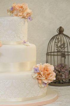Hochzeitstorte mit Damast-Muster und Rosen-Dekoration