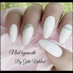 Wedding nails, or winter nails, white gel with in sculpture gel white. Oval Nails, Silver Nails, 3d Nails, Cute Nails, Bridal Nails Designs, Nail Art Designs, Bride Nails, Wedding Nails, Stylish Nails