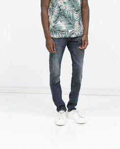 Llevo este jeans en la casa. Los jeans son azul. La tienda del jeans es Zara.