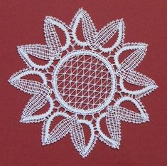 cvet sončnice Bobbin Lace Patterns, Lace Making, Lace Flowers, Lace Design, Brooch, Crafts, Food Cakes, Rugs, Bobbin Lace