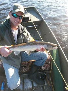 One of The New Fly Fisher's great fans, Sean Dolan from Fredericton, New Brunswick, caught this nice Atlantic Salmon on the Miramichi River in New Brunswick / Nouveau-Brunswick! Awesome photo Sean!