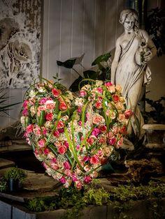 Liebe braucht keine Worte #Herz #Rosen #Trauer #Abschied #Liebe #Floristik EBK-Blumenmönche Blumenhaus – Google+ Funeral Tributes, Grave Decorations, Sympathy Flowers, Funeral Flowers, Door Wreaths, Happy Valentines Day, Flower Designs, Flower Power, Floral Arrangements