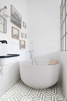 Home Tour Zoe de las Cases chic country duplex: bathroom - Farm style in a duplex apartment in Paris Bathroom Trends, Modern Bathroom, Master Bathroom, Paris Bathroom, Bathroom Ideas, Bathroom Remodeling, Serene Bathroom, Japanese Bathroom, Restroom Ideas