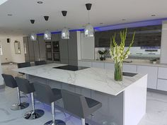 Modern Luxury Kitchens For A Grand Kitchen Luxury Kitchen Design, Luxury Kitchens, Home Kitchens, Open Plan Kitchen Living Room, Kitchen Family Rooms, Kitchen Diner Extension, Decoration Entree, Cuisines Design, Beautiful Kitchens
