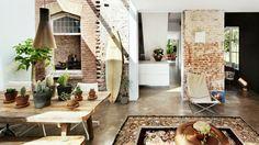 intérieur à décoration rustique et une planche de surf décorative