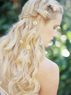 how to wear daisies in your hair photo: jess wilcox for #sbchic