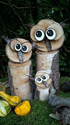 Cute owl couple with cubs. Very decorative inside and out. - Nature - Fashion - R . Wood Log Crafts, Wood Slice Crafts, Christmas Wood Crafts, Garden Crafts, Garden Projects, Wood Projects, Deco Nature, Owl Crafts, Diy Décoration