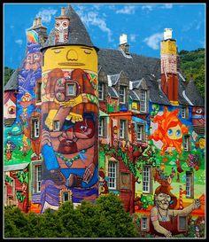 Dieses schottische Schloss verbindet klassische Architektur mit kunterbunter Wandbemalung (streetart, urbanart, colors, fancy, crazy, home) >> Kelburn Castle, Scotland