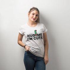 Camiseta para mujer - hug me i'm cute #yosíquesé #camisetaconestilo #discapacidadintelectual #diseñosconalma #camisetaconmensaje #tiendaconalma #tiendasocial