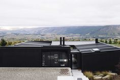 Modern Single Story Flat Roof House - 33+ Fresh Design Ideas • [ArtFacade] Terraced House, New Zealand Mountains, Alpine House, Flat Roof House, House And Home Magazine, Architect Design, Great View, House Tours, Facade