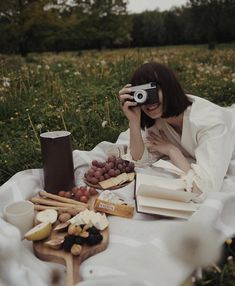 Picnic Photography, Girl Photography, Lifestyle Photography, Aesthetic Photo, Aesthetic Pictures, Picnic Photo Shoot, Picnic Pictures, Picnic Essentials, Picnic Outfits