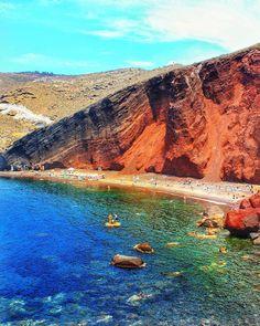 Red Beach, na ilha de Santorini. Quem aí sonhando com uma viagem para conhecer as praias mais bonitas da Grécia?
