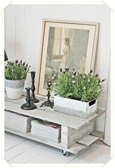 coffee table & other great decor ideas Tv Bank, Magazine Crafts, Palette, Decorating Coffee Tables, Repurposed Furniture, Trash To Treasure, Wood Table, Home Accents, Living Room Decor