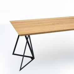 Stół industrialny HORN przykuwa uwagę oryginalnym kształtem blatu o grubości 30 mm. Dębowy blat ścięty pod kątem 45% dodaje formie lekkości, idealnie łącząc się z trójkątnymi elementami podstawy. Dzięki prostej, minimalistycznej konstrukcji udało się wydobyć efekt przestronności i dodatkowego miejsca pod blatem. Drafting Desk, Horn, Table, Furniture, Home Decor, Living Room, Horns, Decoration Home, Writing Desk