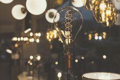 Bombillos de filamento led para decorar tus espacios y crear ambientes más acogedores #lamparas #bombillos #filamento #decoración #tendencias #lamparasfokuss #medellin #hechoencolombia Light Bulb, Chandelier, Ceiling Lights, Led, Lighting, Inspiration, Home Decor, Hanging Lamps, Cozy