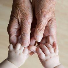 Mãos - bebê e bisavó