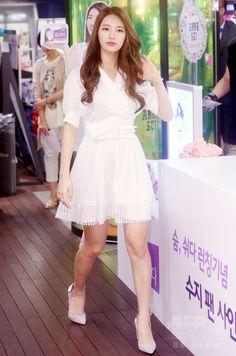 韓国・ソウル(Seoul)のコスメショップ「CJオリーブヤング(OLIVE YOUNG)」明洞(Myeongdong)本店で開かれた、女性向け商品「The Lilian 息をする」のサイン会に臨む、ガールズグループ「Miss A」のスジ(Suzy、2014年7月22日撮影)。(c)STARNEWS ▼25Jul2014AFP|Miss Aのスジ、コスメショップでサイン会に登場 http://www.afpbb.com/articles/-/3021429 #Miss_A_Suzy #미쓰에이_수지 #Bae_Sue_ji #Bae_Suzy #배수지 #裵秀智