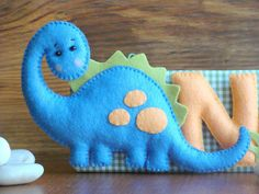 Dinosaurio de fieltro Felt Diy, Felt Crafts, Crafts To Make, Dinosaur Ornament, Dinosaur Pattern, Baby Mobile, Felt Decorations, Felt Christmas Ornaments, Felt Patterns