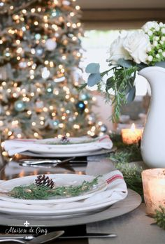 Come see how to create a classic Christmas table setting! Easy and elegant, we combined combined white roses, greenery and pine cones for a charming table! Fall Table Settings, Thanksgiving Table Settings, Christmas Table Settings, Christmas Tablescapes, Holiday Tables, Christmas Decorations, The Best Of Christmas, Christmas Home, Christmas Greetings