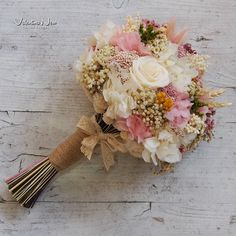 Ramo de novia con flores preservadas en tonos empolvados. Con hortensias, flor de arroz, rosas...
