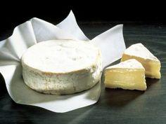 """Le Camembert de Normandie est sans aucun doute le fromage le plus connu en France comme à l'étranger. C'est aussi l'un des plus imités, seule la particule """"de Normandie AOP"""" en garantit l'origine et l'élaboration au lait cru de vache Normande."""