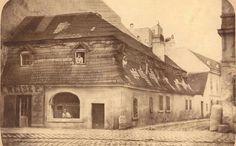 Budapest,Weisz Pál sütőháza. Az üzlet utcára nyíló ablakában a tulajdonos,az emeleti ablakokban pékinasok láthatók.5. kerület. Kecskeméti utca1858-1868 között.