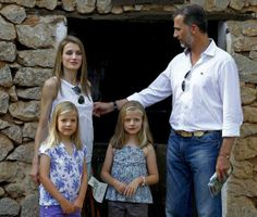 Los Príncipes con sus hijas, Leonor y Sofía, en Palma en 2013. / BALLESTEROS (EFE)