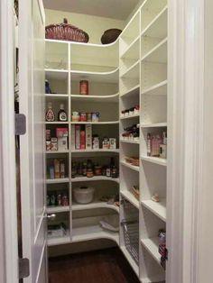 Cellier des tag res et des cases de rangement for Rangement cellier cuisine
