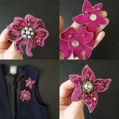 В наличии два цветка 7 см, один крупнее, объемный❤ цвет фуксия❤ Цена крупного 2800 Цена маленького 2400 При покупке в паре скидка 10% Состав:кристаллы и жемчуг swarovski, японский бисер, пайетки( италия), стразовая цепь, знанка замша. Повторять их не буду #брошь #брошьручнойработы #брошьцветок Bead Embroidery Jewelry, Beaded Embroidery, Hand Embroidery, Embroidery Designs, Handmade Jewelry Bracelets, Beaded Jewelry, Couture Embroidery, Beaded Brooch, Brooches Handmade