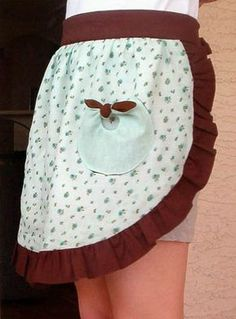 Cute little ruffle apron. With a simple pattern to make the lovely bow-tie pockets you see on the side!