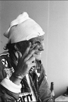 Niki Lauda dopo l'incidente spaventoso.