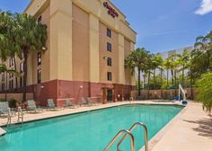 Hampton Inn Miami/Dadeland South Miami (Florida) Located in the Dadeland shopping district, this hotel serves a daily hot buffet breakfast. It features an outdoor pool and hot tub and offers a free transfer service to Miami International Airport, which is 16 km away.