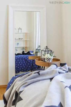 Wunderbar weich und hübsch anzusehen, so muss eine gute Tagesdecke sein. Auch die hervorragende Qualität sieht man Plaid STELLA von Biederlack sofort an. Eine Wärmequelle für kalte Tage und Kuschelpartner für Fernsehabende auf der Couch. Die stylishe Decke aus Baumwolle und Dralon mit dem süßen Sternmuster ist ein echtes Lieblingsstück, in das man sich gerne schmiegt.