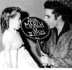 Elvis Presley promoviendo la : March of Dimes; La Fundación March of Dimes es un Estados Unidos sin fines de lucro que trabaja para mejorar la salud de madres y bebés.  Fue fundada por el entonces presidente Franklin D. Roosevelt en 1938 para luchar contra la polio . Desde entonces, ha asumido la promoción de la salud general de las mujeres embarazadas y los bebés.