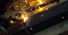 Cómo hacer para soldar bronce. El bronce es una aleación de cobre que usualmente contiene estaño como principal agente, aunque también hay aleaciones con aluminio, manganeso, fósforo y silicio que también son consideradas bronces. Si bien se ha practicado por más de cinco mil años, sólo en las últimas décadas la soldadura de bronce, en su sentido moderno, ha sido posible.