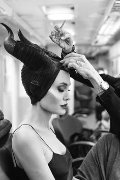 Angelina Jolie becomes the mistress of evil in these photos behind the scenes. Angelina Jolie Photoshoot, Angelina Jolie Peinados, Angelina Jolie Quotes, Angelina Jolie Young, Angelina Jolie Makeup, Angelina Jolie Maleficent, Maleficent Movie, Angelina Jolie Style, Maleficent Quotes