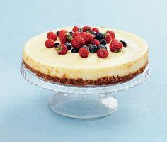 Underbar och förtjusande cheesecake med bär. Vill du sätta en prägel av sommaren på din efterätt så gör du denna goda jordgubbscheesecake med en botten av digestivekex.