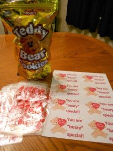 Cute Valentine idea that uses teddy grahams instead of candy and inexpensive