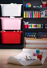 Spálňa s nástennou tabuľou a úložným priestorom IKEA s množstvom rôznych farieb.