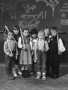 Korniss Péter. Ballagó óvodások. Györgyfalva, 1997 Eastern Europe, Historical Photos, Vulnerability, Georgia, History, Retro, Concert, Children, Movies