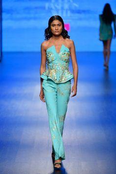 Nikhita Mynah Designs at Lotus Make-Up India Fashion Week autumn/winter 2019 Make Up India, India Fashion Week, Fall Winter, Autumn, Indian Couture, Indian Fashion, Lotus, Ready To Wear, Awesome