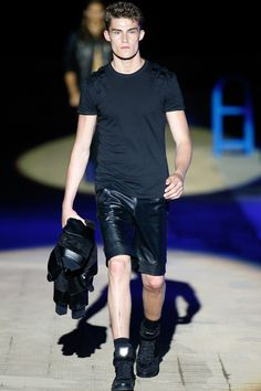 Philipp Plein Spring/Summer Philipp Plein staged a flashy show for his spring/summer 2015 collection. Bringing back to life a public swimming pool… Vogue Paris, Spring Summer 2015, Spring Summer Fashion, Unisex Fashion, Mens Fashion, Milan Fashion, Runway Fashion, Hommes Sexy, Leather Shorts