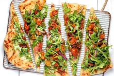 We've given the classic ham and cheese pizza a veg-boosted makeover! Cherry tomatoes, sundried tomatoes and a scattering of peppery rocket will make this pizza a family and entertainer's favourite. Pizza Cool, Pizza Bites, Pizza Dough, Flatbread Recipes, Pizza Recipes, Flatbread Pizza, Dessert Weight Watchers, Best Homemade Pizza, Salads