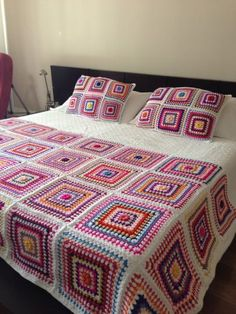 Crochet Projects For The Home Modeller - Diy Crafts Granny Square Häkelanleitung, Granny Square Crochet Pattern, Afghan Crochet Patterns, Crochet Squares, Crochet Granny, Big Granny, Granny Squares, Crochet Bedspread, Crochet Quilt