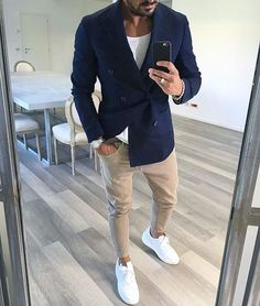 Acheter la tenue sur Lookastic: https://lookastic.fr/mode-homme/tenues/blazer-croise-bleu-marine-t-shirt-a-col-rond-blanc-jean-skinny-beige/21108   — Blazer croisé bleu marine  — T-shirt à col rond blanc  — Jean skinny beige  — Baskets basses en cuir blanches
