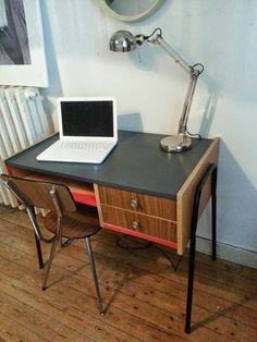 L 'atelier brocante des nantais : Bureau 1950 aux pieds tubulaires Prix 150 €