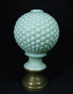 BACCARAT - pinha de opalina francesa, sec. XIX, cor verde, formato globular, moldada na forma do fruta, base de bronze. med: 15 cm de altura. Nov14.  Vendido por R$675,00
